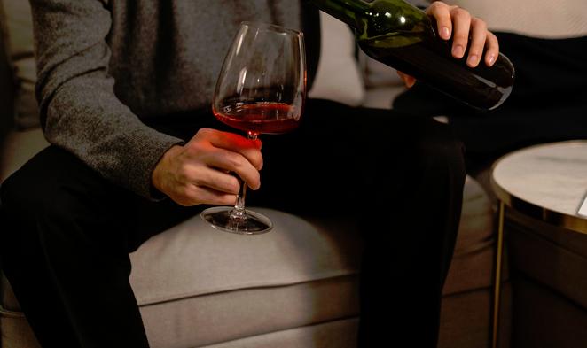 červené víno nalévá