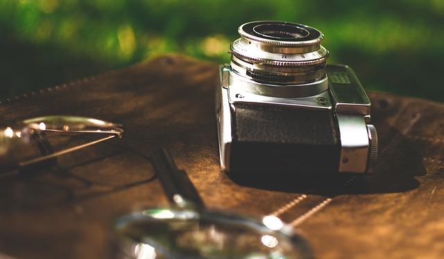 zvětšovací sklo, brýle a fotoaparát