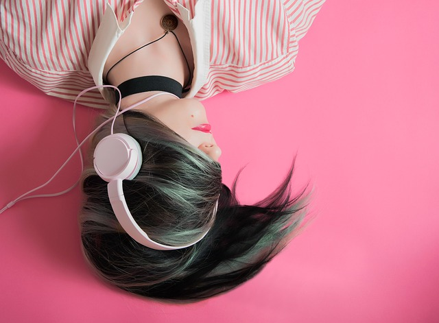 děvče se sluchátky
