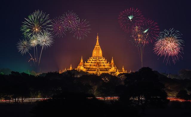 chrám a ohňostroj