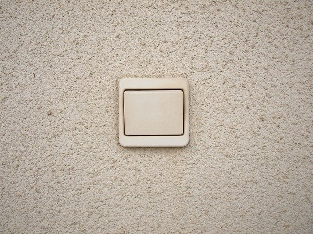 vypínač na zdi