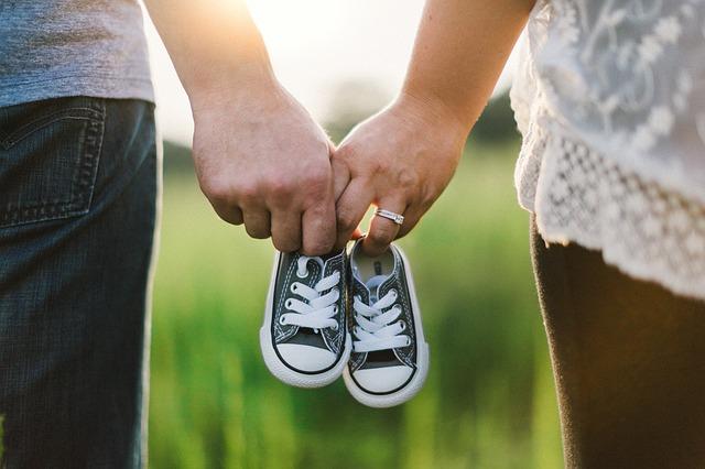 ruce rodičů