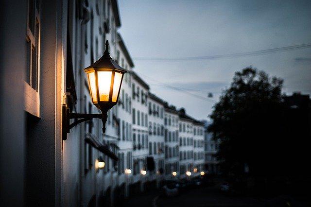 lampa na kraji budovy